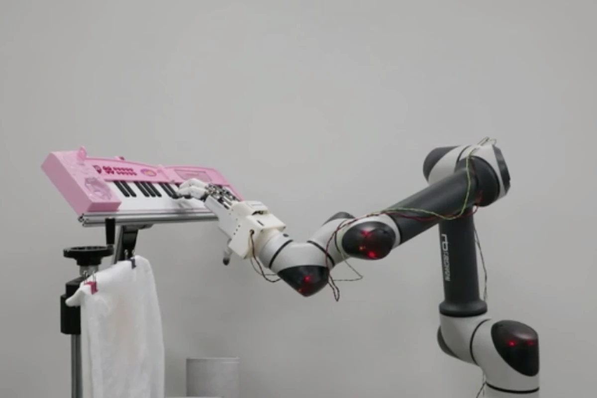 ROBOTIC HAND PLAYING THE PIANO